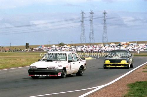 87055 - Larry Perkins & Denny Hulme, Tony Mulvill & Ken Mathews, VK Commodore - Calder 11th October 1987 - Photographer Peter D'Abbs