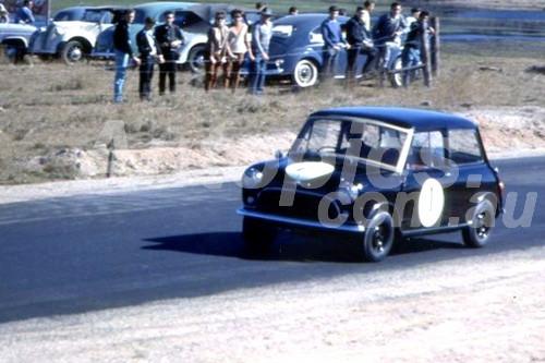 61019 - Leo Geoghegan, Morris 850 - Lakeside 1961