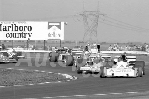 75147 - John McCormack, Elfin MR6 & Johnnie Walker, Lola T332 - Calder 1975 - Photographer Peter D'Abbs