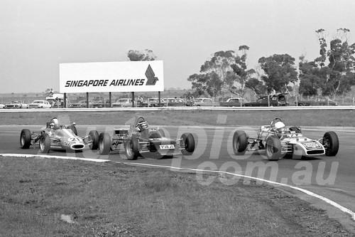 75151 - Peter Finlay, Palliser-Knott - Peter Lander, Elfin 620B & John Davis, Bowin P4X Formula Ford - Calder 1975 - Photographer Peter D'Abbs