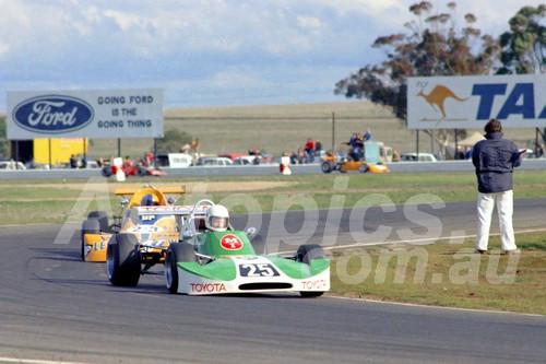 75195 - Peter Macrow, Cheetah Mk 5 & Paul King, Birrana 374 - Calder 1975 - Photographer Peter D'Abbs