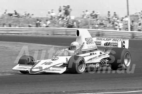 76133 - Max Stewart, Lola T400  - Calder 1976 - Photographer Peter D'Abbs