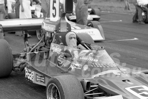76154 - Kevin Bartlett, Lola T400 - Calder 1976 - Photographer Peter D'Abbs