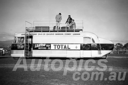 60107 - Team Leaton Transporter - Bathurst 2nd October 1960 - Paul Manton Collection