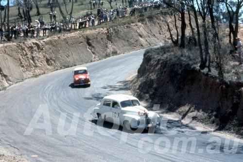 61024 - K. Rawlings Holden FX & Alister Clubb Austin A30 - Bathurst Easter 1961 - Photographer Peter Wilson