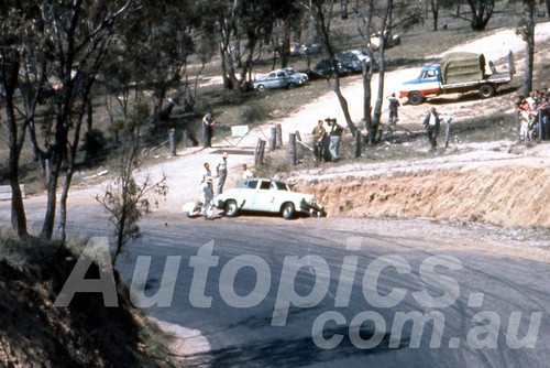 61026 - Bob Holden -  Holden FJ - Bathurst Easter 1961 - Photographer Peter Wilson