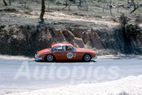 61028 - Ron Hodgson - 3.8 Jaguar - Bathurst Easter 1961 - Photographer Peter Wilson