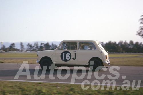 63040 - Bob Williamson, Morris 850 - Warwick Farm 1963 - Photographer Peter Wilson