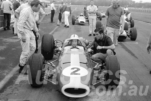 66304 - Spencer Martin, Repco Brabham Climax. With Gerald Martin & Bob Jane- Warwick Farm 1966 - Paul Manton Collection