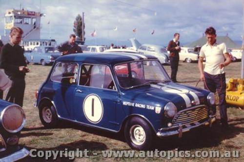 64026 - P. Manton Morris Cooper - Sandown 1964 - Photographer Laurie Johnson