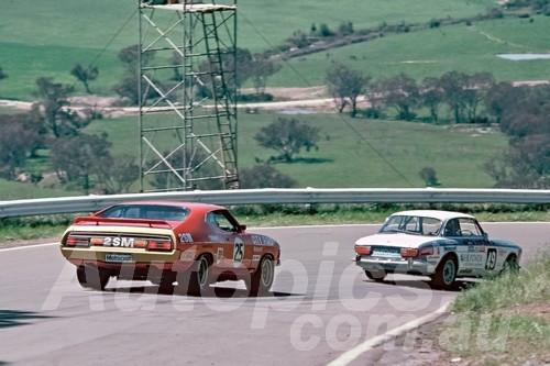 75247 - Allan Moffat & Ian Geoghegan Falcon XB GT & Mal Robertson / Frank Porter Alfa Romeo 2000 GTV - Bathurst 1975 - Photographer Wayne Franks