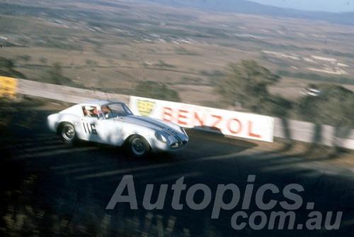 60121 - Warren Blomfield, Holden Pronta - Bathurst 3rd October 1960 - Photographer Jeff Harrop