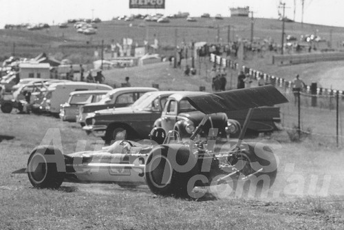 69683 - Graham Hill retuns to the pits after his wing collapsed - Lotus 49T / Cosworth 2.5L V8 - 1969 AGP Lakeside