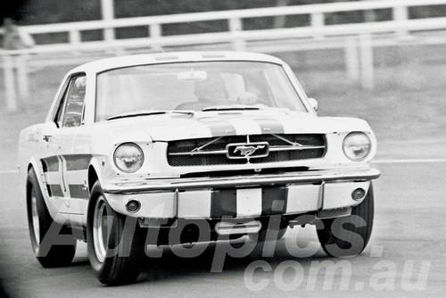 65092 - Ian (Pete) Geoghegan, Mustang - Warwick Farm 1965 - Photographer Lance J Ruting