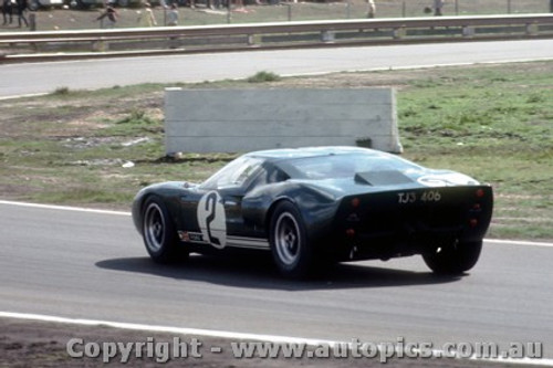 66433 - P. Sutcliffe / F. Matich Ford GT 40 - Rothmans 12 Hour Sports Car Race - Surfers Paradise 1966 - Photographer John Stanley