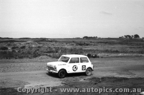 62722 - G. Huse / C. Head  - Morris 850 Sports - Armstrong 500 - Phillip Island 1962