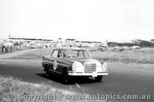 60711 - G. Youl / J. Youl Mercedes Benz 220SE -  Armstrong 500 Phillip Island 1960