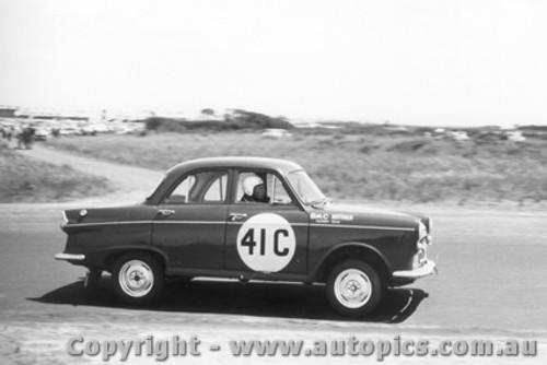 60714 - P. Manton / B. Topen Morris Major  -  Armstrong 500 Phillip Island 1960