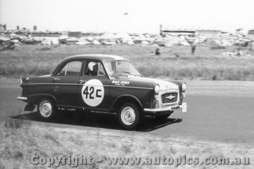 60715 - B. Muir / J. Smith   Morris Major  -  Armstrong 500 Phillip Island 1960
