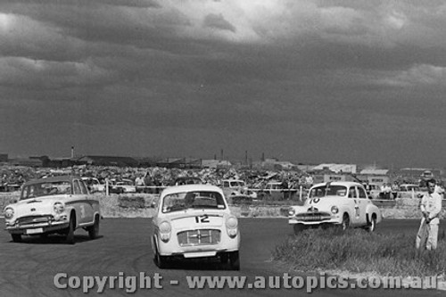 59008 - #12 - P. Manton - Monaro Major - #38 - R. Bendle - Austin 105 - #70 - R. Gibbs - FJ Holden - Fishermen s Bend - 10th October 1959 - Photographer Peter D Abbs