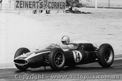 61516 - Jack Brabham - Cooper Climax - Hume Weir - 13th March 1961 - Photographer Peter D Abbs