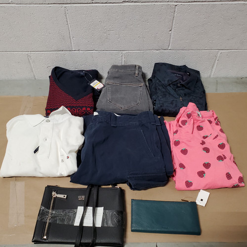 10 Units of Clothing & Accessories - MSRP 545$ - Returns (Lot # 582037)