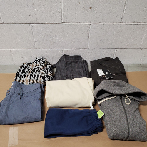 40 Units of Clothing & Accessories - MSRP 3986$ - Returns (Lot # 582051)