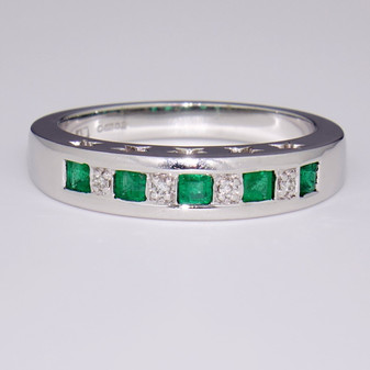 9ct white gold emerald and diamond ring ET926