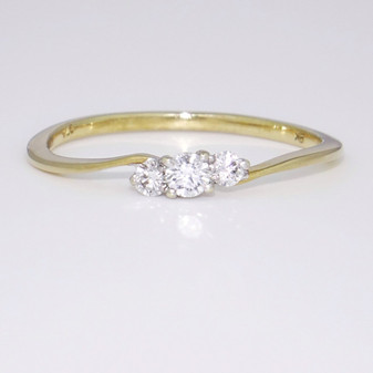 9ct three diamond twist ring GR3560