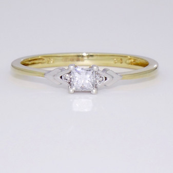 9ct gold diamond solitaire ring with diamond-set shoulders GR3325