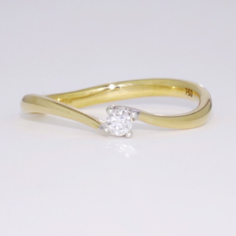18ct yellow gold diamond solitaire twist ring GR3388