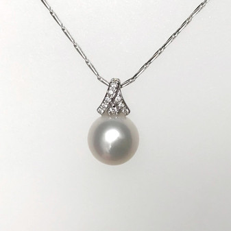 9ct white gold pearl and diamond necklace
