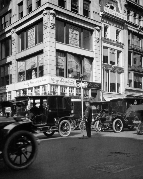 1910s A Policeman Controls Traffic On Fifth Avenue Before Wwi Using A Hand Operated Semaphore Signal New York City Usa - Item # PPI177632LARGE
