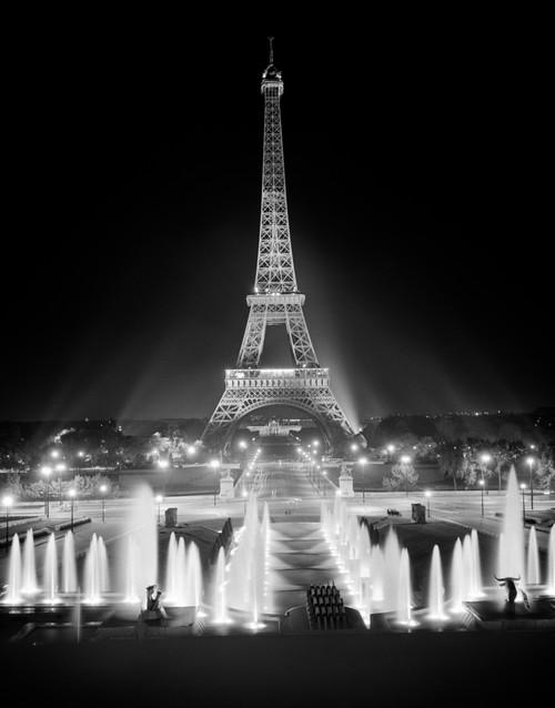 1960s Night Eiffel Tower Across Fountains By Palais Du Chaillot Paris Poster Print By Vintage Collection (22 X 28) - Item # PPI178815LARGE