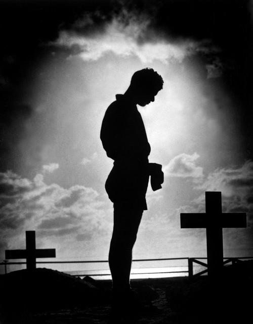 Coast Guardsman Stands At A U.S. Serviceman'S Grave In The Pacific. 1944 During World War 2. History - Item # VAREVCHISL036EC966