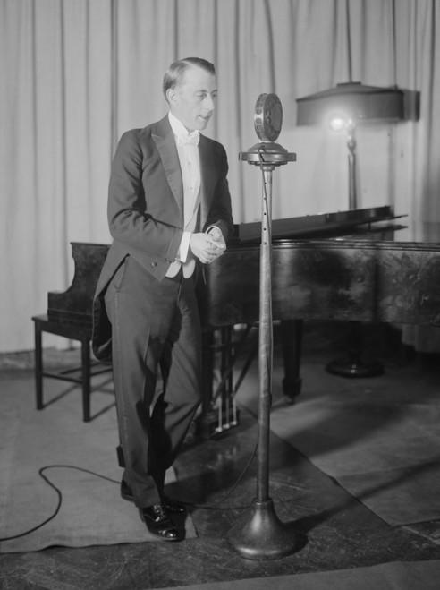 Broadcaster Graham Mcnamee Won Radio Digest'S 1925 Gold Cup Award For The World'S Best Radio Announcer. Jan. 16 History - Item # VAREVCHISL041EC147