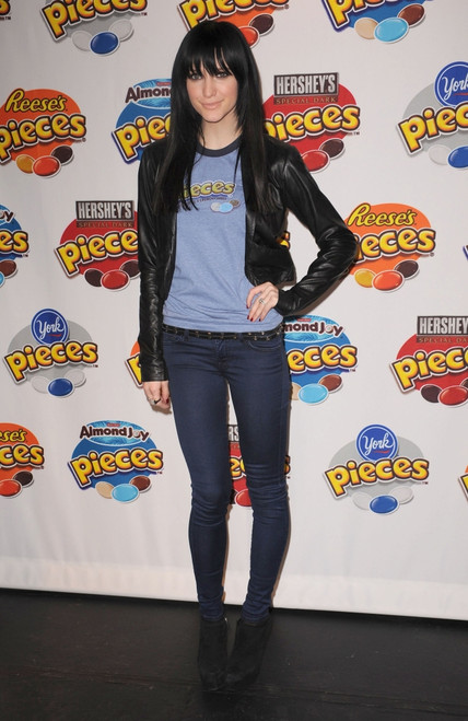 Ashlee Simpson Wentz At A Public Appearance For New Hershey'S Pieces Candies Launch, Times Square, New York, Ny January 27, 2010. Photo By Kristin CallahanEverett Collection Celebrity - Item # VAREVC1027JAAKH010