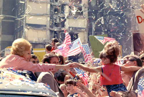 1972 Nixon Presidential Campaign. Pat Nixon Reaches Out To A Little Girl From Her Car In A Campaign Motorcade In Atlanta Georgia. History - Item # VAREVCHISL032EC149