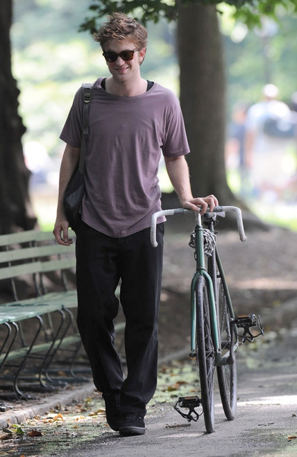 Robert Pattinson On Location For Remember Me Film Shooting On Location In Central Park, Central Park, New York, Ny June 30, 2009. Photo By Kristin CallahanEverett Collection Celebrity - Item # VAREVC0930JNAKH049