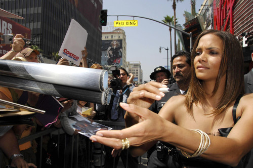Halle Berry At The Induction Ceremony For Star On The Hollywood Walk Of Fame For Halle Berry, Hollywood Boulevard In Front Of Kodak Theatre, Los Angeles, Ca, April 03, 2007. Photo By Michael GermanaEverett Collection Celebrity - Item # VAREVC0703APCG
