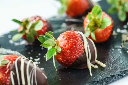 Make your next celebration a smash with our delicious dipped and decorated strawberries! Rolled in festive and arriving in a special gift box, they are the perfect finishing touch for birthdays, anniversaries or get-togethers with family and friends.6 chocolate deep strawberries