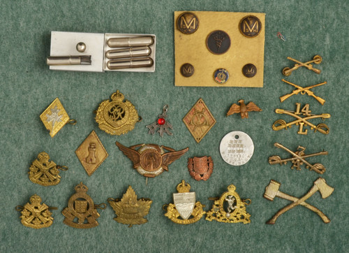 CANADIAN Service Pins and Buttons/ - C48084