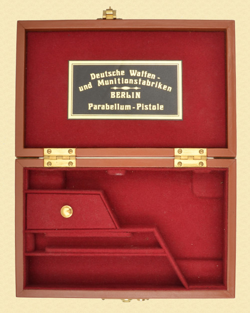 DWM LEATHER LUGER DISPLAY CASE - M8261
