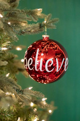 """15 CM """"Believe"""" Shiny Ball Ornament Red/Green"""