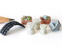 1:48 quarter scale garden accessories: stools, planters, bench