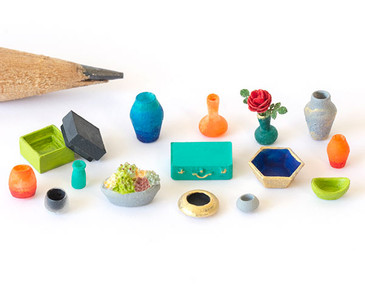 A variety of decorative accessories in 1:48 quarter scale.