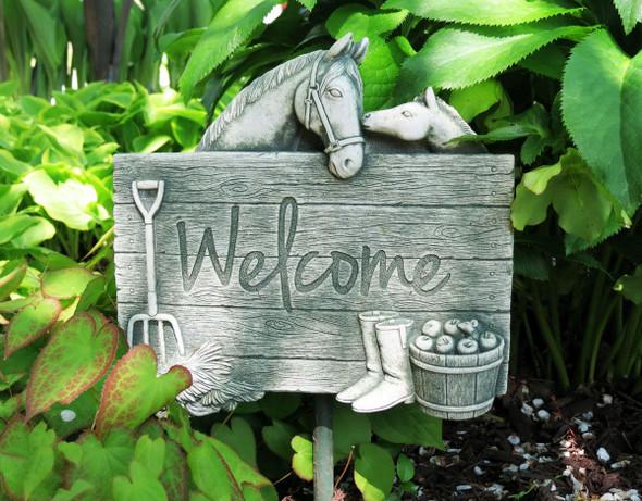 1258 - Barnyard Welcome